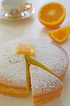 Torta arancia e yogurt morbida-Una siciliana in cucina Soft and fragrant orange and yogurt cake Fun Desserts, Delicious Desserts, Confort Food, Torte Cake, Yogurt Cake, Plum Cake, Healthy Cake, Almond Cakes, Food Cakes