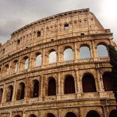 Поскольку в прошлый раз я сделала множество фото Рима, в этот раз решила делать интересные кадры. Было неожиданно красиво, когда после яркого солнца и голубого неба набежала грозовая туча, она так оттеняла Коллизей.  #trip #italy #отпуск #Рим #коллизей #небо #Colesseo #Coliseum #architecture #rome