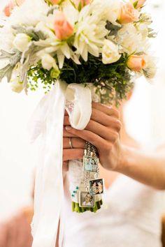 Casamento: homenagem a avô e mãe falecidos com fotos no buquê da noiva. Foto: Danilo Siqueira.