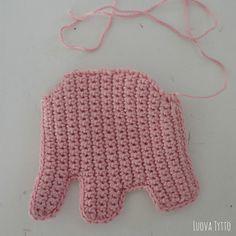 Wat zijn ze schattig hé? Op Pinterest zag ik deze schattigeolifantje bijtringen voorbijkomen. Ik moest en zou er ook een maken en na de eerste was ik meteen verslaafd! Alleen ben ik minder dol op … Crochet Doll Pattern, Crochet Art, Crochet Toys Patterns, Baby Knitting Patterns, Baby Patterns, Gilet Crochet, Crochet Baby Toys, Crochet Elephant, Newborn Toys