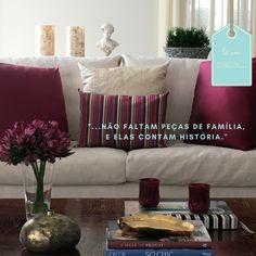 Na sala de estar, sobre uma base neutra, cores fortes, flores e objetos repletos de significados. Ela lembra uma colcha de retalhos da vida cuidadosamente costurada!   #lilianazenaro #lilianazenarodecoração #laemcasa #decor #lifeschic #decoração