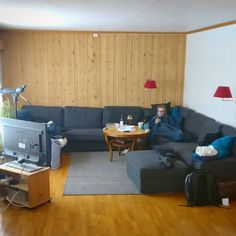 Fin størrelse på den nye sofaen på hytta. Joda Hilde ligger oppe i hjørnet der...