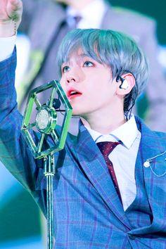 baekhyun ⇒ elyxion in seoul day 1 ; love his new silver hair. this picture is beautiful! ♡ — baekhyun exo → © on the picture. Baekhyun Chanyeol, Kai, Yoonmin, Taemin, Taehyung, Xiuchen, Exo Korean, Hapkido, Exo Ot12