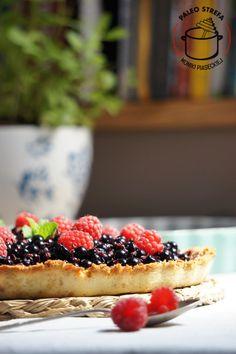 paleo tarta z kremem daktylowym i owocami
