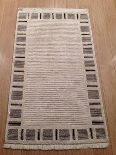 Te koop voor maar €500 .. Winkel prijs €2000Handgeweven wit grijs van kleur.Merk: HiMALAYA TiBETAN CARPETik adverteer een groot en een klein in totaal 2 stukken vloerkleden.De afmetingen zijn:Groot: (209cm-292cm)     Klein: (157cm-91cm)Kort gebruiktik heb het nog pas laten wassen aan de tapijtreinigers.Hij is klaar voor gebruik.Het is een moderne tapijt.U zal heel erg tevreden zijn.Mijn woonplaats is Rotterdam Als je intresse hebt pin it