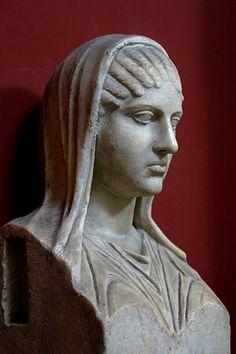 Aspasia de Mileto,mujer griega.Nació en Mileto. Recibió una buena educación y leía obras de filósofos especialmente las de Pitágoras. Aspasia y Pericles se enamoraron y fueron amantes durante muchos años. Ella tuvo gran influencia en la vida cultural y política de Atenas, maestra de retórica,tanto como logógrafa y pedagoga. Se rodeaba con los más ilustres pensadores de su época y era capaz de  discutir con los filósofos en términos de igualdad,convirtiendo su casa en centro intelectual.