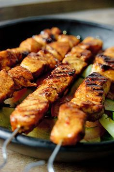 Basic chicken satay marinated in an incredibly flavorful, mildly sweet yet surprisingly light marinade. Carne, Asian Recipes, Healthy Recipes, Chicken Satay, Marinated Chicken, Chicken Skewers, Roasted Chicken, My Burger, Good Food