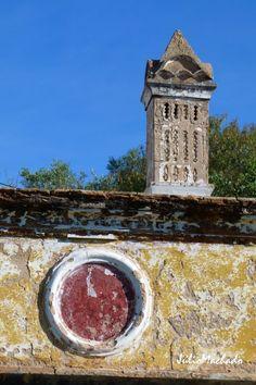 Chaminé mais platibanda pertencente a uma casa construída em 1925, Algarve-Portugal.