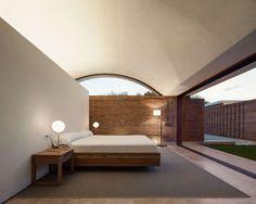 Modern bedroom at Casa IV by MESURA - Photo by Pedro Pegenaute