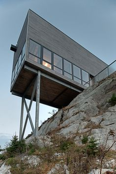 The Cliff House, is a minimalist home located in Nova Scotia, Canada, and was designed by MacKay-Lyons Sweetapple Architects. This project reminds me of a Architecture Résidentielle, Cabinet D Architecture, Architecture Student, Nova Scotia, Cedar Shiplap, Cliff House, Hill House, House 2, Casas Containers