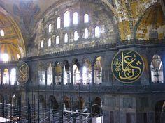 Caligrafía árabe en el interior de la Basílica de Santa Sofía Dan Brown, Broadway Shows, Aesthetics, Interior, Saints, Movies, Hagia Sophia, Istanbul, Indoor