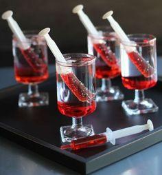 une idée de fête avec des seringues remplies de mélange rouge