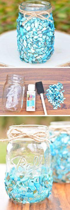 """Pote decorado com """"miçangas"""" azuis."""
