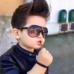 Erkek çocuk anne ve babalarının en zorlandığı konulardan biri, çocuğunu saç traşı yaptırmaktır. Kuaför koltuğuna oturan her erkek çocuk, huysuzlanıp yabancısı olduğu bu ortamın getirdiği gerilimle huysuzluk yapmaktadır. Her çocukta neredeyse yaşanan bu problem erkek saç küçük modelleri konusunda ...