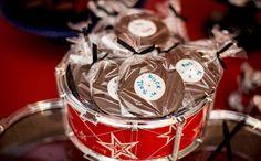 Instrumentos de verdade e em forma de doce tem papel duplo na decoração