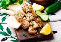 Mňam tip na dnešní večeři: Řecké kuřecí souvlaki s pita chlebem Chicken Souvlaki Pita, Recipe For Chicken Tikka, Souvlaki Recipe, Pork Rub, Vegetarian Recipes, Healthy Recipes, Grilled Pizza, Healthy Grilling, Boneless Skinless Chicken