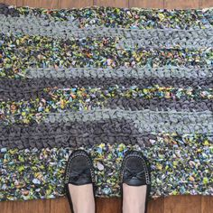 Don't throw those old sheets away! This Easy Crochet Rag Rug is the perfect crochet rug pattern for putting old sheets and fabric to good use. With this rag rug pattern, you'll be able to salvage sheets from your closet to make cheap rugs. Crochet Basics, Diy Crochet, Crochet Crafts, Crochet Rugs, Crochet Stitches, Crochet Granny, Rag Rug Tutorial, Diy Tutorial, Tutorial Crochet