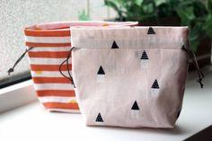 【レシピ】一枚布で作る両絞りミニ巾着 G182-105 : うねうねごろごろ Diaper Bag, Diy And Crafts, Pouch, Knitting, Sewing, Fabric, Pattern, How To Make, Blog