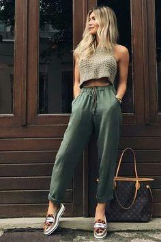 Top cropped de tricô, calça jogging verde militar, flatform de animal pri
