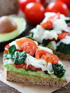 Avocado Toast with Eggs, Spinach, and Tomatoes Recipe on twopeasandtheirpo. This simple and healthy avocado toast is great for breakfast, lunch, or dinner! Lunch Recipes, Breakfast Recipes, Vegetarian Recipes, Healthy Recipes, Breakfast Toast, Breakfast Ideas, Nutritious Breakfast, Vegetarian Breakfast, Sandwich Recipes