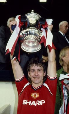 May 1985 FA Cup Final at Wembley Everton 0 v Manchester United 1 aet Manchester United captain Bryan Robson holds aloft the FA Cup Man United, Manchester United Fa Cup, Man Utd Fc, Bryan Robson, Premier League Champions, Fa Cup Final, Football Photos, Everton, Football Players