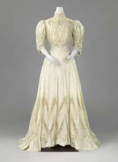 c.1906 Tea Gown of pale green silk taffeta adorned with encrustations of machining Valenciennes, silver thread embroidery and reprocessed oak branches. Rijksmuseum