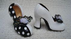Zapatillas de Tacón bicolor, miniatura. Barro modelado y policromado.