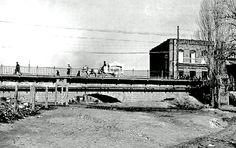 """Vista del antiguo puente de Ventas, llamado de """"los tres ojos"""" desde la actual calle 30. Sobre el puente un coche funerario camino del cementerio. Foto de 1925"""
