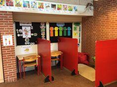 Stille-kupeer samt læse-hjørne med sækkestole.... Classroom Layout, Classroom Management, Corner Desk, Teaching, Education, School, Interior, Inspiration, Home Decor