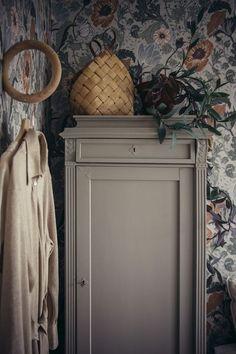 Cabinet parisian ideas makeover for furniture deco Small Room Bedroom, Master Bedroom Design, Salvaged Furniture, Painted Furniture, Home Interior, Interior Decorating, Interior Design, Furniture Inspiration, Interior Inspiration