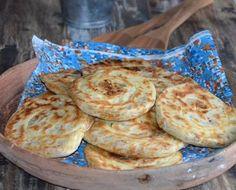 Pain feuilleté roulé farci au poulet , un pain feuilleté cuit à la poêle et farci au poulet ,une délicieuse recette de petits pains faciles