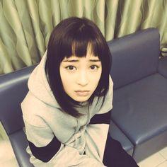 Twitter / yamaneko2016 広瀬すず Short Bangs, Life Photo, Hairstyles With Bangs, Twitter, Japanese, Actresses, Lady, Model, Beauty
