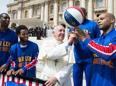 L'actualité des dernières 48H en images - Le Pape François en train de se faire recruter par les Harlem Globetrotters au Vatican