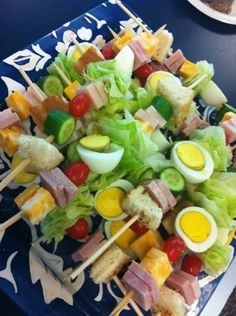 Chef Salad on a Stick -- Cute for a picnic or great for summertime Brunch/Party idea! Just thread your salad goodies onto a skewer instead of putting them in a bowl! Then dip them into your favorite salad dressing. Snacks Für Party, Lunch Snacks, Healthy Snacks, Healthy Eating, Healthy Recipes, Healthy Appetizers, Appetizer Recipes, Salad Recipes, Party Recipes
