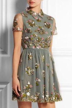 Vestido bordado con flores.