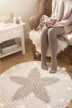 Alfombra Redonda con Estrella en el Centro de Trapillo  - Patrón Gratis en Español aquí: http://susimiu.es/patron-de-alfombra-redonda-con-estrella-en-el-centro-modelo-star/