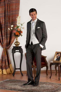 ARON Abito sartoriale realizzato in fresco di lana grigio con revers classiche , tasche a doppio filetto, gilet in jacquard di seta grigio perla, bottoni in madreperla naturale.