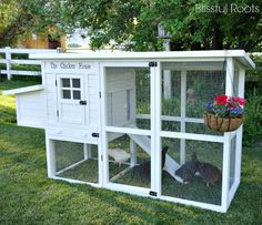 Now THIS is a chicken coop. Looks like I found a new project for hubby :D