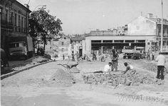 Z kolei w 1971 r. robotnicy musieli wyremontować ul. Wodopojną i Hanki Sawickiej (dzisiejszą Świętoduską). Na zdjęciu w tle widać pawilony rzemieślinicze - budynek stoi do dziś, ale już bez tego szyldu