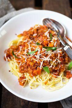 Vegane 20-Minuten Rote Linsen-Bolognese. Super schnell gemacht und UNGLAUBLICH lecker - http://Kochkarussell.com