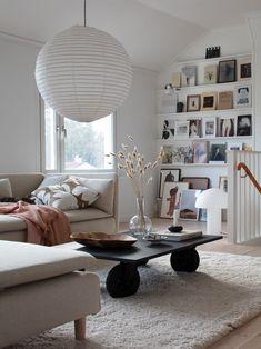 Binnenkijken in een prachtig Scandinavisch huis. De woonstijl is cozy, clean, Scandinavisch, persoonlijk en vintage-modern. Boys Room Decor, Boy Room, Apartment Therapy, Swedish House, Scandi Style, Scandinavian Home, Home Living, Living Rooms, Living Area