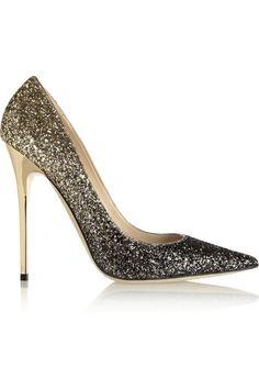 Zapatos bling-bling: dorado de Jimmy Choo  Brilla con los zapatos 'bling-bling'  Salones de strass con tacón dorado de Jimmy Choo. Precio: 475€