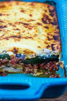 This recipe tutorial is all you need for the BEST vegetarian moussaka! Layers of roasted vegetables;t tasty tomato-lentil sauce; topped w/ creamy bechamel sauce!You'll learn step-by-step how to make this moussaka perfectly every time. #moussaka #vegetarian #greekrecipes #eggplant #eggplantcasserole Eggplant Moussaka, Greek Recipes, Veggie Recipes, Vegetarian Recipes, Cooking Recipes, Healthy Recipes, Healthy Eats, Bon Appetit, Kitchens