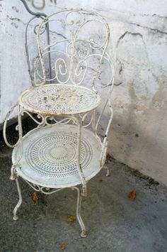 , French chairs at the brocante–FleaingFrance Vintage Outdoor Furniture, Iron Patio Furniture, Vintage Patio, Vintage Chairs, Shabby Vintage, Vintage Metal, Vintage Decor, French Vintage, Shabby Chic