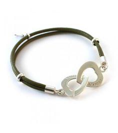 Una pulsera muy original que combina la plata de ley con el cuero. Lleva 2 donuts de plata. Puedes personalizarla grabando su nombre y el tu...