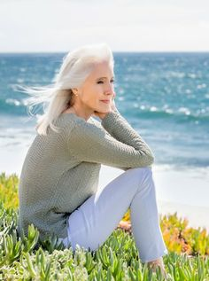 Damn you Cynthia Tipton sitting on my beach ; Yasmina Rossi, Beautiful Old Woman, Beautiful Body, Silver White Hair, Gray Hair Growing Out, Short Grey Hair, Aged To Perfection, Advanced Style, Ageless Beauty