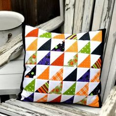 Halloween Inspiration Patchwork Pillow - Love the half-squares Halloween Quilts, Halloween Sewing, Halloween Pillows, Halloween Fabric, Quilting Tutorials, Quilting Projects, Quilting Designs, Patchwork Cushion, Quilted Pillow