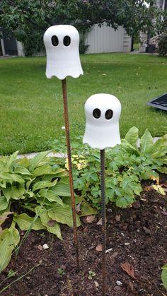 Spöke på armeringsjärn / Ghosts for the garden diy pottery halloween Outdoor Halloween, Halloween Stuff, Gourds, Fall Decor, Presents, Pottery, Clay, Table Decorations, Voodoo