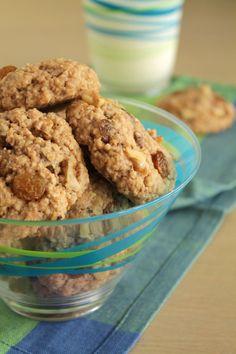 Αρωματικά μπισκότα με σταφίδες, κανέλα και καρύδια Raisin Cookies, The One, Biscuits, Cereal, Food And Drink, Sweets, Breakfast, Desserts, Crack Crackers