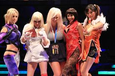 Um time de supergatas fantasiadas de personagens de Tekken.